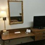 Tv e telefono come unici accessori di questa camera