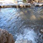 Piletón en piedra con agua salitre y azufre a distinas temperaturas. Lo ideal 40º o 39º.