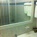 Bagno dotato di vasca-doccia