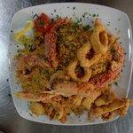 Cous cous di pesce con frittura di calamari e gamberi
