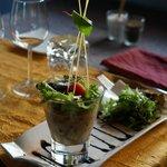 Tartare de crevettes cuites et tomates monté à l'huile d'olive