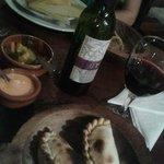 Empanadas, humita y vino