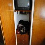 gavetas, cofre e tv no armário