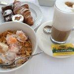 Desayuno, hoy toca cereales con fruta...y el latte machiato, buenísimo !