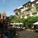 プールがホテルの真ん中にあります。部屋はプールビューがお勧め。