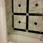 Tub with marble walls