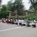 裸足になって僧侶を待つ、厳かな時間。ワット・タートルアンの前で。