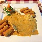 Pollo in salsa piccante con crocchette di patate