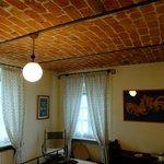客室の天井もワインケラー風