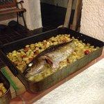 Il secondo, un trionfo di ricciola al forno du un letto di patate buonissima