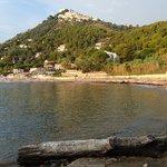 la spiaggia di Pozzillo e in alto Castellabate