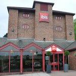 Widok budynku hotelu Ibis w Luton