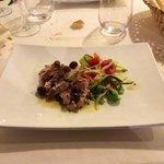 Tagliata di tonno con olive taggiasche e capperi di Salina