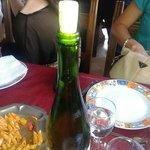 Botella de vino con el corcho sin marca de sacacorchos