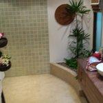 Ein Teil des Badezimmers in der Junior Suite Ocean View