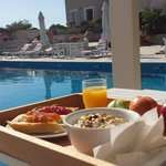 la colazione a bordo piscina