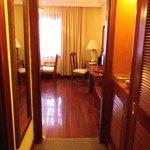 Blick vom Eingang Richtung Zimmer. Links befindet sich die Türe ins Bad.