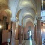 sous les arcades du hall principal