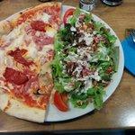 1/2 pizza calabraise, 1/2 salade mixte