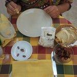 Stuzzichino di olive nere e tarallini offerti