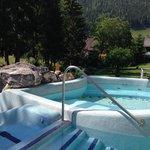 Jacuzzi esterna calda con scivolo verso piscine sottostanti