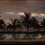 Foto de la piscina, atardecer desde la terraza del bar