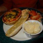 Lasagnes aux légumes, pain ciabatta à l'ail, parmesan, coleslaw et crudité