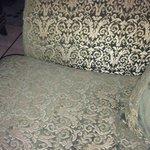canapé reception poussiéreux