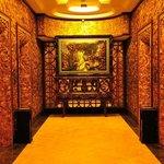 金ぴかなエレベーターホール