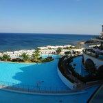 vue sur lagon decoratif et piscine