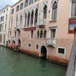 Entrada al hotel desde el canal