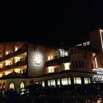 immagine notturna dell'hotel