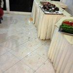 sol de la salle a manger pas nettoyé