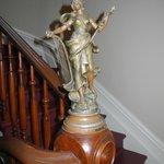 Statuetta Liberty lungo le scale
