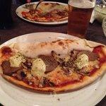 Måste verkligen rekommendera denna pizzeria, dom har supergoda pizzor!!! Pizzan på bilden är en