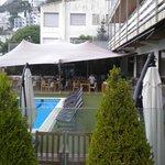 Vue du balcon de la chambre vers la piscine