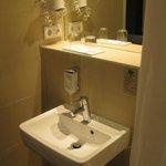 Waschbecken im kleinen Badezimmer