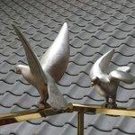 手すりに鳥のモニュメント