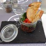 Tartare de canard à la coriandre et aux tomates séchées.