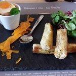 """Œuf """"toqué"""" de la ferme Auduberteau et copeaux de vieille mimolette."""