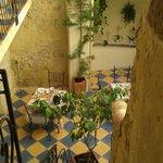 vue du patio en haut de l'escalier avec les tables du petit déj