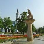 Фонтан Русалка на центральной площади, в сочетании с церковью, школой, администрацией. Очень мил