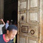 массивная дверь Храма Гроба Господня