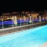 ..und Swim-In-Zimmer bei Nacht ;-)