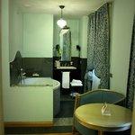 Vue de la chambre sur salle de bain