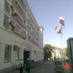 Весёлая расцветка фасада гостиницы.