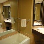 Banheiro amplo com box e banheira.
