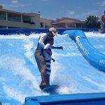 En el Flow Rider, el instructor enseñando a mis hijos