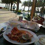 プールサイドでの朝食