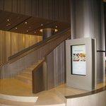 ロビーから2階レストランに向かう階段